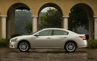 At the back of an arching roof, the rear pillars work out a unique design that suggests a coupe-like silhouette